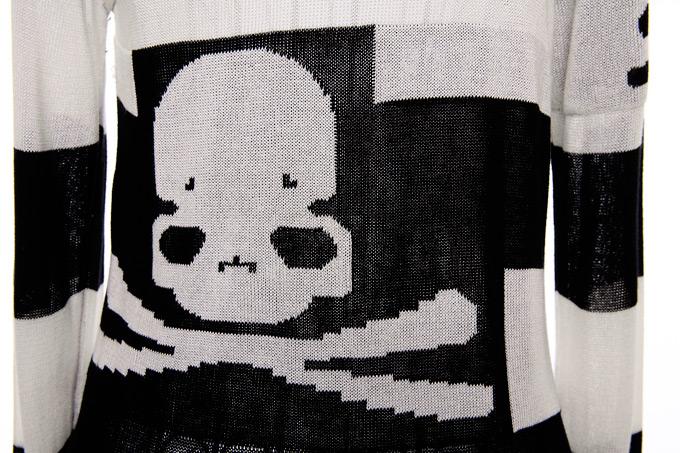 袖子和背后的 骷髅头花纹