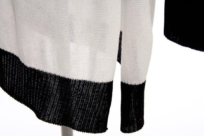 这一季,连衣裙摒弃了复杂的款式设计、去掉了华丽闪亮的装饰贴片和宝石,用简洁、线条、面料共同打造女 人专属的原始曲线美。针织面料,手感柔软富有弹性,吸湿透气性好,大气简约的条纹以及右边袖子和背后的 骷髅头花纹,为YY增加了一点可爱的色差。